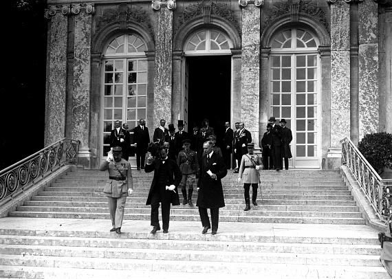 1920. június 4-én írták alá a trianoni békeszerződést, 2010-től nemzeti emléknap. Az országház előtt ünnepélyesen felvonták a lobogót, és sok helyen tartottak megemlékezést a nemzeti összetartozás napján.                         A képen Benárd Ágost, a magyar küldöttség vezetője és Drasche-Lázár Alfréd rendkívüli követ és államtitkár elhagyja a trianoni békediktátum ünnepélyes aláírása után a versailles-i Nagy-Trianon kastélyt.