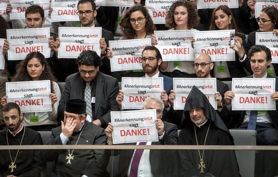 Németország elismerte az örmény népirtást, ami az Oszmán Birodalomban 101 éve kezdődött. Törökország továbbra sem ismeri el, hogy népirtás történt volna, a kitelepítések alatti esetleges halálesetekként szoktak rá hivatkozni. A török elnök szerint komoly hatással lesz a német-török viszonyra a határozat elfogadása.                         A Medz Yeghern - vagyis nagy bűn - másfél millió örmény életét követelte.