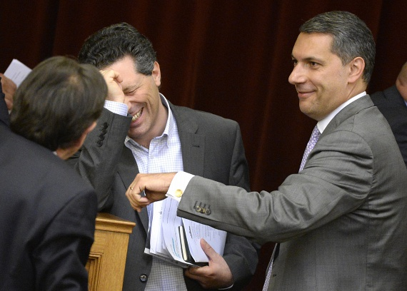Schiffer András távozik a politikából. Az LMP társelnöke nemcsak pártbeli funkciójáról mondott le, de mandátumát is visszaadja. Az LMP közleményében azt írja, hogy az alapító nélkül nem lesz ugyanolyan a párt, de ugyanazért fognak dolgozni, mint korábban közösen. Lázár János a Kormányinfón elmondta, kifejezetten szomorú, hogy Schiffer távozik.