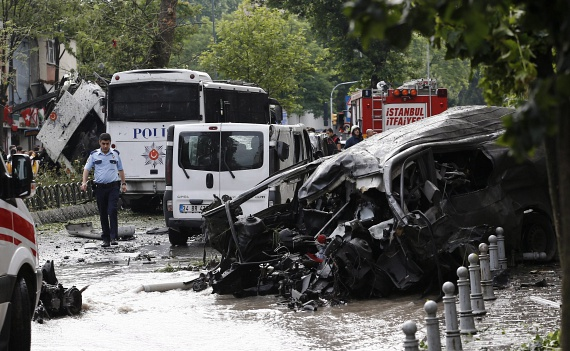 Kedden délelőtt robbantás történt Isztambulban. 11 ember meghalt, köztük hét rendőr. A sebesültek száma 36, három személy állapota súlyos. A robbantás egy metrómegálló közelében történt, a pokolgép egy autóban robbant fel, a készenléti rendőrség egyik busza mellett, amiben a rendőrök ültek. Négy embert letartóztattak a merénylettel összefüggésben.