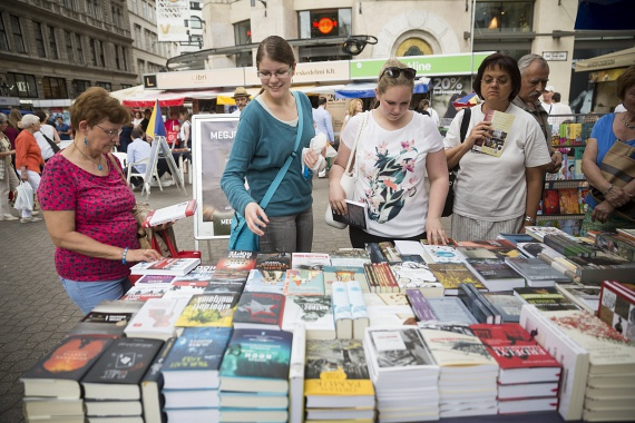 Holnap zár a 87. Ünnepi Könyvhét és Gyerekkönyvnapok a Vörösmarty téren. A könyvhetet Esterházy Péter nyitotta meg.