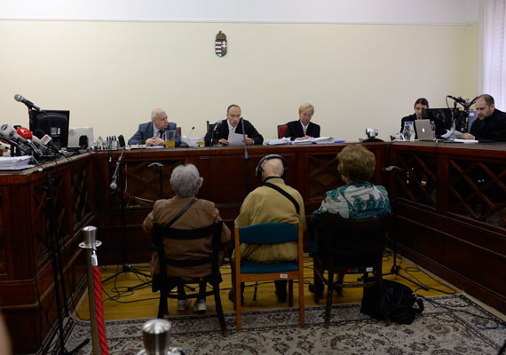 Biszku Bélát első fokon többek közt háborús bűnök miatt öt és fél év szabadságvesztésre ítélte a Fővárosi Törvényszék katonai tanácsa. A volt belügyminisztert tíz évre eltiltották a közügyek gyakorlásától. A 92 éves Biszku védője politikailag motivált perről beszélt.