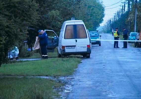 Pénteken feladta magát az a 47 éves férfi, akit a rendőrség azzal gyanúsít, hogy megölte volt élettársának édesanyját és új párját a Békés megyei Magyarbánhegyesen. További két embert is meglőtt a gyanúsított, akiket életveszélyes sérülésekkel kórházban ápolnak. A férfi tette után szökni próbált, magával hurcolta kislányát is, akit a hatóság emberei azóta biztonságba helyeztek.