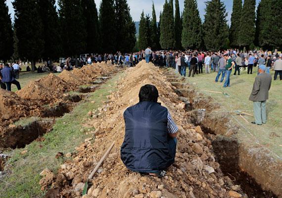 """Még napokkal a szerencsétlenség után is hoztak fel holttesteket abból a somai bányából, ahol berobbant a tárna. Eddig annyi bizonyos, hogy legalább háromszáz munkás halt meg a szerencsétlenségben. Az eset után a török kormányfő, Recep Tayyip Erdogan ellen fordult a helyi tömeg a miniszterelnök látogatásakor. Ennek előzménye az volt, hogy egy sajtótájékoztatón Erdogan a következőképp beszélt a tragédiáról: """"Ezek hétköznapi események. Van erre egy kifejezés is, munkahelyi baleset. Más munkahelyeken is előfordul az ilyen."""" Országszerte tüntetnek Erdogan kormánya ellen, és országos sztrájk van életben."""