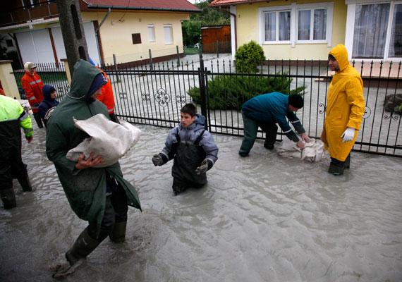 Az Yvette névre keresztelt ciklon alighanem az év vihara volt. A Balaton kilépett medréből, sok út járhatatlanná vált, egyes helyeken még pénteken sem állt helyre az áramszolgáltatás. A tűzoltóknak 1800 esetben kellett beavatkozniuk. és 260 épület rongálódott meg az erős szélnek köszönhetően.
