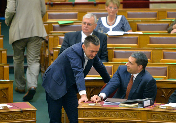 Lázár János egy interjúban arról beszélt, hogy az RTL Klub egy korrupt vállalkozás, mely Magyarországot gyarmatának tekinti. A kormány második embere annak kapcsán fakadt ki, hogy a kereskedelmi televízió a reklámadóról szóló törvény meghozatala óta kiemelten foglalkozni kezdett a kormány viselt dolgaival. Áder János hétfőn aláírta és kihirdette a reklámadóról szóló törvényt, mely ellen az egész szakma tiltakozott. A képen Lázár Rogán Antallal látható a parlament plenáris ülésén. Rogán korábban szintén kiállt az adó mellett.