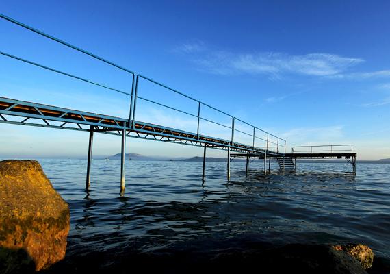A Veszprém Megyei Kormányhivatal mérései szerint a Balaton vízminősége kiváló. Ezt azért voltak kénytelen közölni, mert a hét elején olyan hírek érkeztek, hogy egy balatonfüredi úszóversenyen több sportoló is megfertőződött, egyesek pedig kórházi kezelésre szorultak. Hogy akkor pontosan mitől betegedtek meg a résztvevők, továbbra sem tudni, de legnagyobb tavunk imázsának a szezon kezdetén nem használnak az ehhez hasonló esetek.