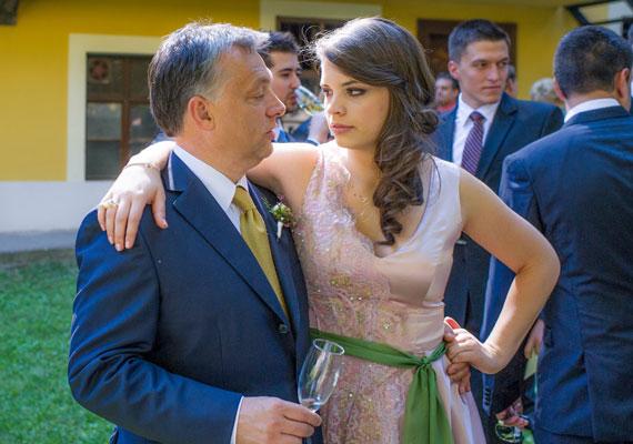 A Hír24 információi szerint Orbán Ráhel barátnőié volt az a két mobiltelefon, melyet a miniszterelnök lányának lagziján lopott el ismeretlen tettes. Mint írtuk, a két eszköz eltűnése után példátlan erőket mozgósított a rendőrség, a személyzet összes tagjától DNS-mintát vettek. A Hír24 szerint a telefonokon Orbán Ráhel lánybúcsújáról készült fotók is lehettek. Jól sikerülhetett a buli, ha gyilkossági ügyeket idéző módon nyomoznak az illetéktelen kezekbe került fotók miatt.