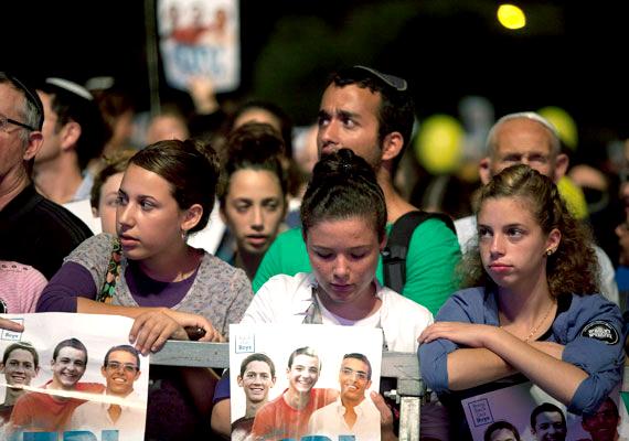 Kedd hajnalban hadműveletekbe kezdett az izraeli hadsereg a Gázai övezetben. A légicsapásról az után döntöttek, hogy megtalálták annak a három izraeli fiatalnak a holttestét, akiket feltehetőleg a Hámász szélsőséges palesztin szervezet tagjai raboltak el és öltek meg június elején.