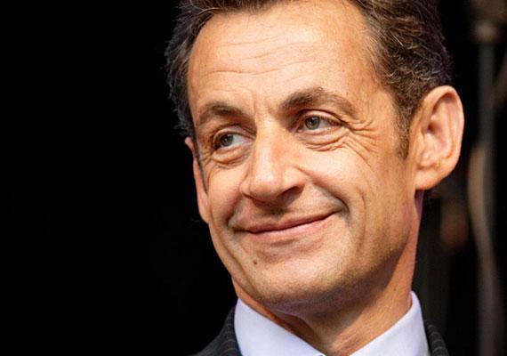 """""""Soha nem követtem el olyan cselekményt, mely ellentétes lenne a köztársaság vagy a jogállam alapelveivel"""" - nyilatkozta Nicolas Sarkozy, miután szerdán hajnalban őrizetbe vették. Az előző francia elnököt befolyással való üzérkedéssel, valamint nyomozási titok megsértésével gyanúsítják. A vád szerint Sarkozy egy informátori hálózatot működtetett különféle hatóságoknál, hogy azonnal értesüljön arról, ha ellene, vagy hozzá közeli személyek ellen eljárást indítanak. Az exelnököt azzal is gyanúsítják, hogy a volt líbiai diktátortól, Moammer Kadhafitól törvénytelenül fogadott el pénzeket kampányához. Ha bűnösnek találják, öt év börtönre számíthat."""