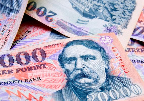 Egy euró 315 forintot ért pénteken, ami négyhavi mélypontot jelent. A dollárral szemben viszont másfél éves mélypontot ért el. A térség legtöbb devizája romlott a héten, az elemzők a nemzetközi rossz hangulattal magyarázzák a helyzetet, de forinton nem segített az alacsony alapkamat sem.