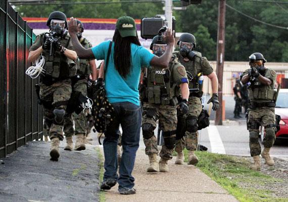 Zavargások törtek ki egy amerikai kisvárosban. A Missouri államban található Fergusonban azután robbantak ki az erőszakos tüntetések, hogy a múlt hét végén egy rendőr lelőtt egy fegyvertelen fekete bőrű fiatalt. A tiltakozók szerint a rendőr rasszista indítékból lőtte le a magát megadni készülő fiatalt, ám a rendőrség verziója szerint a fiú megpróbálta elvenni a rendőr fegyverét. A tüntetők közé a hét közepére fosztogatók is vegyültek, a rendőrség pedig könnygázzal igyekszik feloszlatni az esténként összeverődő tömeget.