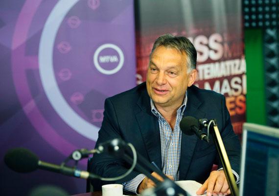"""Orbán Viktor a Kossuth Rádióban beszélt azokról a szankciókról, amiket az Európai Unió vezetett be Oroszországgal szemben, mivel a gyanú szerint Moszkva beavatkozik a kelet-ukrajnai konfliktusba. Ahogy fogalmazott, a szankciókkal """"lábon lőttük magunkat"""", mert azok szerinte többet ártanak Magyarországnak, mint Oroszországnak. Orbán szokásos rádióinterjújában péntek reggel beszélt elhíresült tusványosi beszédéről is. Szerinte a magyar miniszterelnöknek néha muszáj ilyen beszédeket tartania, vállalva az ezzel járó konfliktusokat. A csütörtökön napvilágot látott, nem várt növekedést mutató gazdasági adatok szerinte tartósak lesznek, hiszen ezek mögött komoly teljesítmény van, és a magyar gazdasági modellt igazolják."""