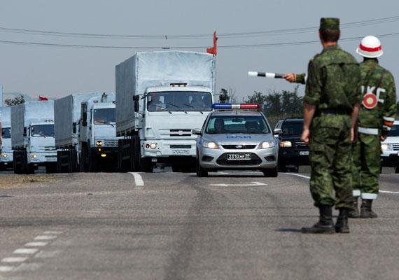 Orosz páncélosok lépték át az orosz-ukrán határt, miután gyanús konvoj indult Moszkvából a háború sújtotta Kelet-Ukrajna felé. A 280 teherautóból álló csoport az orosz kormány szerint segélyszállítmányt szeretne a konfliktus helyszínére juttatni, ugyanakkor Kijev és a nyugati országok is attól tartanak, hogy álcázott invázió indul meg Ukrajna felé, a péntek hajnali páncélos egység akcióját nézve nem minden alap nélkül. Az is gyanússá teszi az akciót, hogy az orosz hatóságok előbb azt állították, a vöröskereszttel együttműködve indították útnak a konvojt, ám később kiderült, a segélyszervezet sem az autók rakományáról, sem az útvonaláról nem tud semmit. Közben Vlagyimir Putyin csütörtökön a Krím-félszigetre látogatott, amit tavasszal foglalt el az orosz hadsereg Ukrajnától.