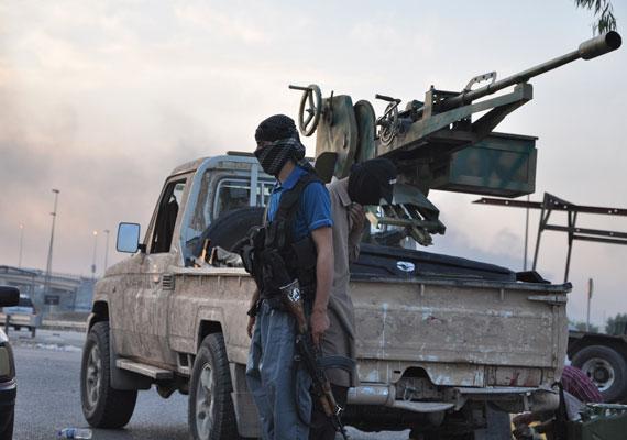 Szörnyű videót közölt az Iszlám Állam – IS – az interneten szerdán. A felvételen James Foley amerikai haditudósító olvas fel egy szöveget, majd a hát mögött álló csuklyás férfi kegyetlenül kivégzi az újságírót. A videó végén a fegyveresek egy másik amerikai fogoly kivégzésével fenyegetnek, amennyiben az USA nem hagy fel az IS iraki állásainak bombázásával. Washington elismerte, hogy júliusban amerikai kommandósok megkísérelték kiszabadítani az IS amerikai állampolgárságú foglyait, köztük a most megölt Foley-t is, azonban kudarcba fulladt az akció. Közben a brit kormány válságtanácskozást tartott, mert a Foley-t kivégző férfi a videón brit akcentussal fenyegetőzött. Arról, hogy mi az IS és mit akar, itt olvashatsz részletesen.