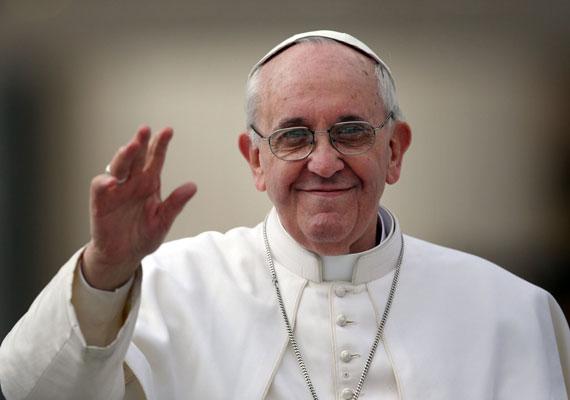 """""""Két-három év és távozom az Atya házába"""" – mondta Ferenc pápa különgépén újságírók előtt, mikor dél-koreai látogatásáról tartott haza a Vatikánba. Az egyházfő arról is beszélt, hogy ha nem lenne képes már feladatai ellátására, lemondana posztjáról, ahogyan azt elődje, XVI. Benedek tette. A pápa szerint népszerűsége nem az ő, hanem Isten érdeme, így próbál nem büszke lenni rá, annál is inkább, mert két-három év múlva meghal. A nemzetközi sajtó szerint korábban szűk körben a Vatikánban már elismerte, hogy nem sok ideje van hátra a 77 éves Ferenc pápának, akit 2013 márciusában választottak meg a katolikus egyház fejének."""