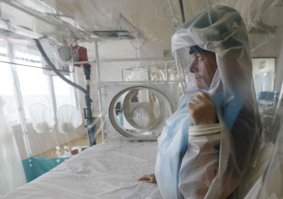 A hazai orvostani egyetemek mindegyike vezet be valamilyen óvintézkedést az Ebola-járvány sújtotta afrikai régiókból érkező diákok fogadására. Sierra Leonéból, Kongóból, Libériából és Gueineából, tehát a leginkább fertőzött országokból több száz diák érkezik hazánkba az őszi tanévkezdésre. Ezért Debrecenben, Pécsen, Szegeden és Budapesten is vizsgálatokat végeznek ezeken a hallgatókon, illetve egy tesztet is ki kell tölteniük, amiből kiderülhet, mekkora a kockázata annak, hogy esetleg fertőzöttek lehetnek.