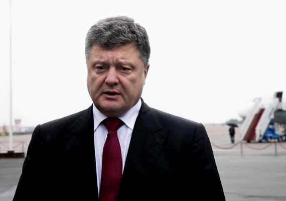 Petro Porosenko - képünkön - ukrán elnök csütörtök délután bejelentette, hogy az orosz hadsereg átlépte a két ország határát. Az ukrán államfő emiatt lemondta törökországi útját, és válságtanácskozásba kezdett a kormányzat. Még aznap este összeült az ENSZ Biztonsági Tanácsa, hogy megvitassa a helyzetet. A tanácskozáson az orosz követ tagadta, hogy hazája támadást indított volna Ukrajna ellen. Barack Obama is felszólalt. Az amerikai elnök szerint Oroszország felelős a kelet-ukrajnai erőszakért, és bizonyítékként említette a NATO honlapjára felkerült műholdképeket, melyeken az látható, ahogy orosz páncélosok átlépik a határt. Ukrajna az Európai Unió segítségét kérte a válság rendezéséhez. A harcok hírére a forint árfolyama romlani kezdett az euróhoz és a svájci frankhoz képest is.