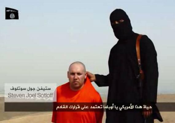 Az Iszlám Állam fegyveresei egy újabb amerikai újságírót végeztek ki brutálisan. Steven Joel Sotloffot egy éve tartották fogságban, miután elrabolták Szíriában, ahol a polgárháborúról tudósított. Korábban James Foley lefejezéséről közölt videót a szervezet, melynek végén feltűnt a most megölt Sotloff is. Az újságíró 31 éves volt.