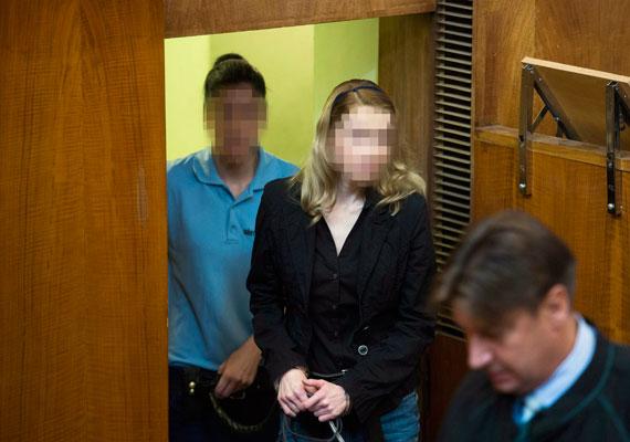 A másodfokon eljáró bíróság kilenc év fegyházbüntetésre ítélte Eva Varholivoka Rezesovát, és nyolc évre eltiltotta az autóvezetéstől. A szlovák nő legkorábban büntetése kétharmadának letöltése után szabadulhat. Rezesova 2012-ben terepjárójával 170 kilométer/órás sebességgel okozott balesetet az M3-as autópályán, aminek következtében négy ember életét vesztette. A vád szerint Rezesova ittasan okozta a halálos balesetet. A pert botrányok sorozata kísérte, az eljárás alatt derült ki, hogy a rendőrség sem állt a helyzet magaslatán a nyomozás alatt, ráadásul a bíró két szakértőt is kizárt elfogultság miatt. Rezesovát első fokon hat év fogházra ítélték, ezt súlyosbította most a bíróság.