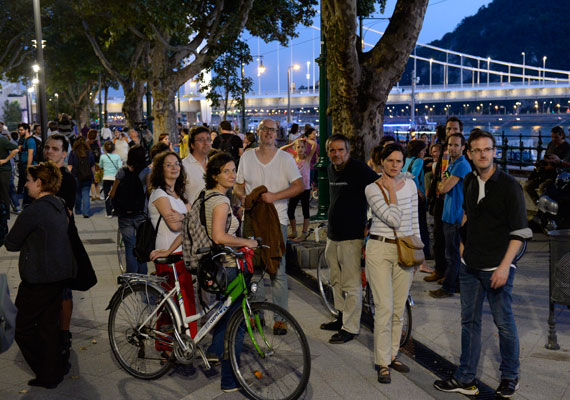 Egy tucat, köztük több magas rangú rendőr szállta meg hétfő reggel az Ökotárs Alapítvány irodáját. A látványosan nagy erőkkel kivonuló nyomozók egész nap vizsgálódtak. Hétfő este több száz civil tüntetett a rendőri fellépés ellen - képünkön. Lázár János az újabb kétharmados Fidesz-győzelem után megvádolta az Ökotárs Alapítványt, hogy pártpolitikai kötődése miatt alkalmatlan a Norvégiából érkező civil támogatási pénzek elosztására, ezért szeretné, ha a Miniszterelnökség kapná meg a norvég kormány által adott pénzt. Ebbe Oslo nem egyezett bele, miközben az Ökotárs és egy másik hasonló szerepet betöltő szervezet, a DemNet ellen nyomozás kezdődött. A civilek szerint a kormány hadjáratot indított ellenük.