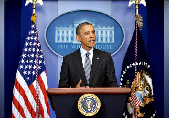 Barack Obama helyi idő szerint szerda este bejelentette, az Egyesült Államok Szíria területén is légicsapásokat hajthat végre az Iszlám Állam egységei ellen. Obama azonban kizárta azt, hogy országa szárazföldi inváziót indítson akár Irakban, akár Szíriában. Ahogy korábban már mi is beszámoltunk róla, az Iszlám Állam nyáron komoly területeket foglalt el Irakban és Szíriában. A kegyetlenségük miatt hírhedt fegyveresek elől ezrek menekülnek kétségbeesetten. Eddig két videót is készítettek arról az Iszlám Állam tagjai, ahogy brutálisan kivégeznek amerikai újságírókat. Először James Foley-t, majd Steven Sotloffot ölték meg.