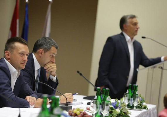 1,3 millió családot érinthet a Fidesz-frakció törvényjavaslata, ha rábólint a parlament. A javaslat szerint a devizahitelesek havi törlesztőrészlete akár 30%-kal is csökkenhet. Egy család, aki 2008-ban euró alapú hitelt vett fel, havonta 60 ezer forintot törlesztett, ma azonban már jó eséllyel jóval többet, akár a dupláját is ki kell fizetnie a banknak havonta. Egy 100 ezer forint körül törlesztő adós így akár 30 ezer forintot is visszakaphat havonta, amivel közel az eredeti mértékre esik vissza a havi kötelezettségének összege.