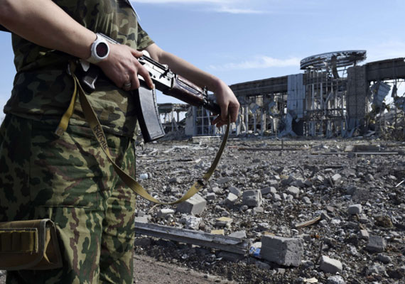 A tűzszünet ellenére tovább folynak a harcok Ukrajna keleti részén. Az oroszbarát szeparatisták szerda délelőtt a donyecki repülőteret lőtték, amit jelenleg ukrán katonák tartanak ellenőrzésük alatt. Az ipar számára fontos nagyvárost, Donyecket azonban továbbra is a szakadárok irányítják. Kijev és a lázadók szeptember 5-én Minszkben kötöttek tűzszünetet. Közben a héten az Európai Parlament és az ukrán törvényhozás egy időben ratifikálta az EU-ukrán társulási megállapodást. Az Európai Tanács miniszteri bizottsága első ízben ismerte el, hogy orosz katonák vannak Kelet-Ukrajnában.