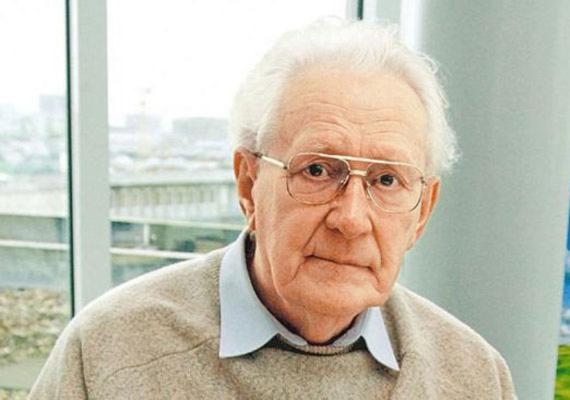Hannoverben hétfőn vádat emeltek Oskar Gröning ellen. Gröning az SS tagjaként az auschwitzi koncentrációs táborokban teljesített szolgálatot, ahol azért felelt, hogy a kivégzett emberek pénzét és egyéb értékeit megtalálja és begyűjtse. Az ügyész szerint nemcsak segített kifosztani az áldozatokat a náciknak, de maga is részt vett a gyilkosságokban. Gröning azt elismeri, hogy a haláltáborban teljesített szolgálatot, de azt tagadja, hogy bármi köze lett volna az elhurcoltak megöléséhez.