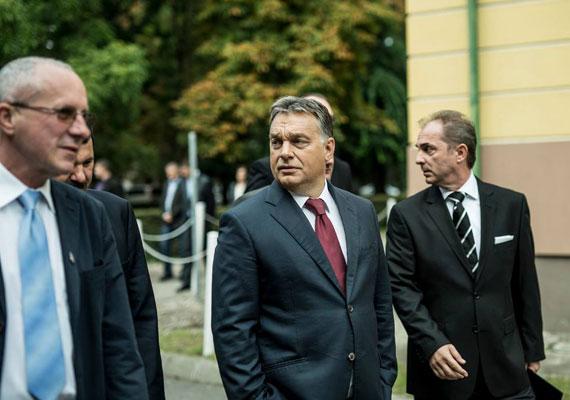 Orbán Viktor egy felújított kórház apropóján érkezett Bajára, ahol interjút adott a helyi tévének. A gazdaságról elmondta, hogy a kormány továbbra is a kis- és középvállalkozásokat kívánja támogatni. Ennek érdekében az uniótól kapott támogatások 60%-át a vállalkozói rétegnek adja a kormány, hiszen, ha minden kis- és középvállalkozás egy-két emberrel többet venne fel, megszűnne a munkanélküliség - mondta a miniszterelnök.