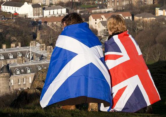Csütörtökön döntöttek a skótok, így Nagy-Britannia egyelőre egyben marad. A szokatlanul magas részvételi arány mellett tartott népszavazáson 55% szavazott arra, hogy az országrész ne legyen önálló. Az Európai Unió történetében még nem volt példa hasonló, egy tartomány függetlenségéről döntő referendumra. Feltehetőleg nem marad eredmény nélkül a voksolás, mert a brit kormány minden bizonnyal kedvezni fog Skóciának, hogy lehűtse annak a 45%-nak a dühét és csalódottságát, aki a függetlenség mellett állt.