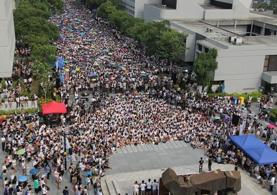 Több tízezren, főleg diákok vonultak a hét minden napján utcára Hongkongban. A Kínához tartozó, de viszonylagos önállóságot élvező területen az ellen kezdtek demonstrálni, hogy a kínai kormány bele akart szólni a helyhatósági választásba. A demokráciapárti tüntetők fő követelése, hogy szabadon lehessen jelölteket állítani a voksolásra. A rendőrség többször összecsapott a diákokkal, a belváros egyik terét, ahol a legtöbben gyülekeztek, körülzárták. A tüntetések péntek óta váltak erőszakossá, azóta többen megsérültek és rengeteg diákot vettek őrizetbe.