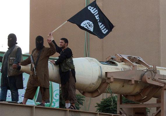 Hétfőn az Egyesült Államok és szövetségesei megkezdték a légicsapásokat Szíria területén az Iszlám Állam állásai ellen. Az akciókban több közel-keleti ország hadserege is részt vesz, illetve Nagy-Britannia is csatlakozhat hozzá. Az Iszlám Állam ellenőrzése alatt tartja Irak és Szíria egy részét. A polgárháború sújtotta Szíriában a helyi fegyveres erők nem tudják felvenni az agresszív terroristacsoporttal a harcot. Az Iszlám Állam az utóbbi időben több nyugati állampolgárt is kivégzett, legutóbb egy francia turistával végeztek brutálisan.