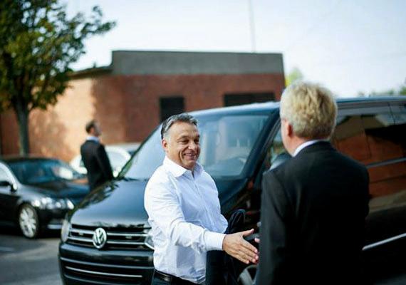 """""""Hiába akarják a szocialisták, nem lesznek megszorítások"""" - ezt mondta Orbán Viktor a pénteken sugárzott szokásos rádiós interjújában. Varga Mihály a héten egy konferencián arról beszélt, hogy a következő években a kormány 5%-kal csökkentené az államháztartás hiányát, ami 1700 milliárd forintos megszorítást jelentene. Hasonló mértékű spórolást Magyarország csak Bokros Lajos pénzügyminisztersége alatt élt át, amibe bele is bukott a Horn-kormány. A jövő évi költségvetés számait egyelőre nem ismerhetjük, a Napi.hu szerint ennek az oka az, hogy az önkormányzati választásokig hírzárlatot rendeltek el."""