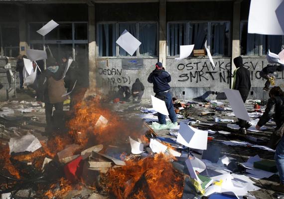 Már 26 napja tüntetnek Bosznia-Hercegovina több városában, mert a polgárok elégedetlenek a szociális helyzettel. Szarajevóban nagyjából 150-en gyűltek össze az államelnökség épülete előtt.