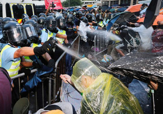 Tovább folytatódnak a heves tüntetések Hongkongban. A főként diákokból álló tömeg már a különleges státuszú városállam főminiszterének távozását követeli, és kormányépületek elfoglalásával fenyegetőzik. A kínai kormány a hét közepén első ízben szólalt meg a tiltakozásokkal kapcsolatban. A kommunista párt egy lapjában megjelent üzenet szerint amennyiben a tüntetők tovább folytatják akcióikat, a következmények elképzelhetetlenek lesznek. A diáktüntetések akkor kezdődtek, amikor kiderült, Kína 2017-től maga nevezné meg a jelölteket Hongkong élére, és csak rájuk lehetne szavazni. A helyiek ettől Hongkong különleges státuszát féltik, attól tartva, hogy beolvasztják azt a kínai kommunista diktatúrába.