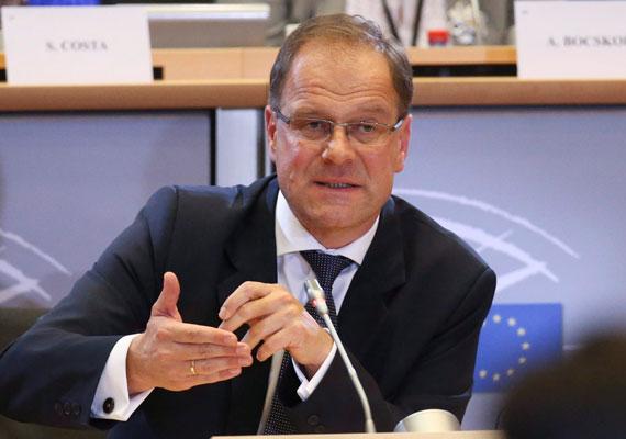 Csak hétfőn dönt arról az Európai Parlament oktatási és kulturális szakbizottsága, támogatja-e Navracsics Tibor biztosi kinevezését. A magyar kormány jelöltjét szerdán este, maratoni ülésen faggatták a képviselők nézeteiről és elképzeléseiről. Navracsicsot főként az Orbán-kormány oktatáspolitikája és EU-ellenes retorikája miatt érte kritika. A parlamentnek október 7-ig van lehetősége tovább faggatni a jelölteket, ekkor végleges döntést kell hozniuk, kit támogatnak, és kit nem.