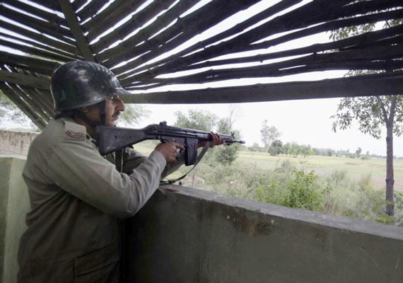 Hétfőn súlyos összecsapások alakultak ki a Pakisztán és India határán fekvő, vitatott hovatartozású Kasmír területén. A harcokban több civil is életét vesztette, tízezrek pedig elmenekültek a tűz alá vett területekről. 2003 óta van érvényben tűzszünet Pakisztán és India között a terület miatt, ami ugyan muzulmán többségű, mégis Indiához csatolták, mikor a két állam különvált a múlt század közepén.