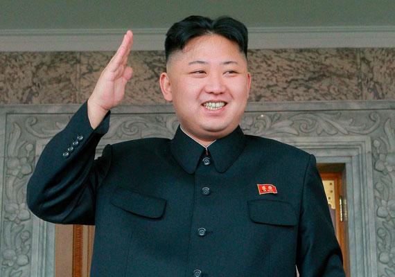 A Kommunista Párt születésnapját ülték pénteken, ám példátlan módon az ország vezetője, Kim Dzsongun nem vett részt az eseményen. A világ legkegyetlenebb diktatúrájának vezetőjéről már több mint egy hónapja nem tud semmit a világ. Mivel az országból szinte semmilyen hiteles információ nem szivárog ki, csak találgatnak a világsajtóban. Egyesek szerint Kim Dzsongun annyira túlsúlyos, hogy meg kellett műteni a bokáját, ami nem bírta a terhelést, ezért nem vesz részt nyilvános eseményen szeptember eleje óta. A vadabb teóriák szerint azonban megbuktatták a diktátort, és már rég nem ő irányítja az országot.