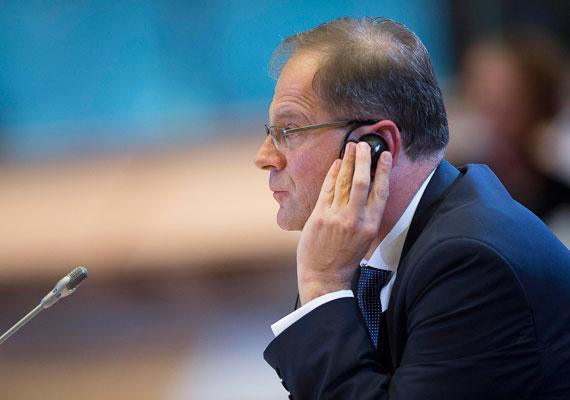 Hétfőn szavazott az Európai Parlament szakbizottsága arról, alkalmas-e a magyar delegált, Navracsics Tibor a neki szánt bizottsági posztra. A képviselők nemmel szavaztak arra, hogy Navracsics az oktatási és kulturális portfoliót kapja, de a személyét alkalmasnak tartották a biztosi feladatokra. Ez azt jelenti, hogy a magyar delegált feltehetően más szakterületért fog felelni az Európai Bizottságban, ám azt egyelőre nem tudni, pontosan melyikért. Egyes információk szerint a közlekedési és űrkutatási területet kaphatja Navracsics.
