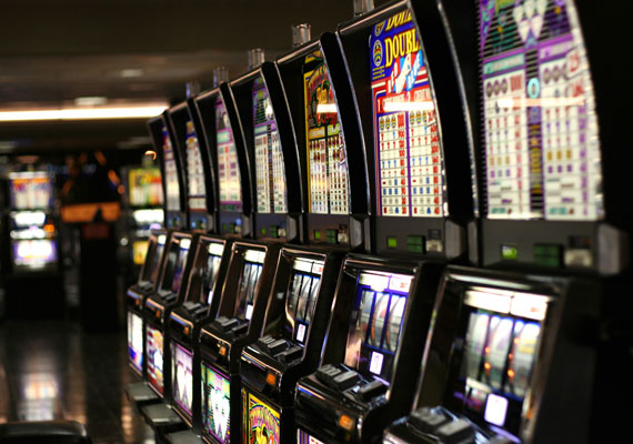 A Világgazdaság információ szerint az Állami Szerencsejáték Zrt. a kitiltott játékgépek helyére sorsjegy-automatákat telepít. Ezekből a lap szerint már tízet tesztelnek is különböző helyszíneken, illetve a lóversenyfogadást megkönnyítő gépek elterjesztését is tervezi a vállalat. A nyerőgépeket 2012-ben tiltotta be a kormány. Akkor nemzetbiztonsági okokra hivatkoztak, azonban máig nem tudni, pontosan mire is gondoltak. A másik indoklás szerint ezek a gépek a hátrányos helyzetű emberek életét teszik még nehezebbé, ha a kiskeresetűek ezekbe dobálják pénzüket.