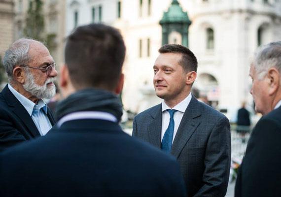 Rogán Antal az RTL Klubnak elmondta, a Nemzeti Adó- és Vámhivatal vizsgálatot tartott nála, és mindent a legnagyobb rendben talált. Mint ismert, a Fidesz frakcióvezetőjének ingatlanjairól áprilisban szinte naponta új részletek láttak napvilágot. Kiderült például, hogy vagyonnyilatkozatával ellentétben 100%-os tulajdonosa budai otthonának, ami ráadásul nem is akkora, mint amit először bevallott, hanem jóval nagyobb. Egy balatoni házáról szintén kiderült, hogy nagyobb a hivatalosan ismertnél. A NAV nem tájékoztathat arról, folyt-e vagyonosodási vizsgálat Rogán ellen, és ha igen, tényleg mindent rendben találtak-e nála.