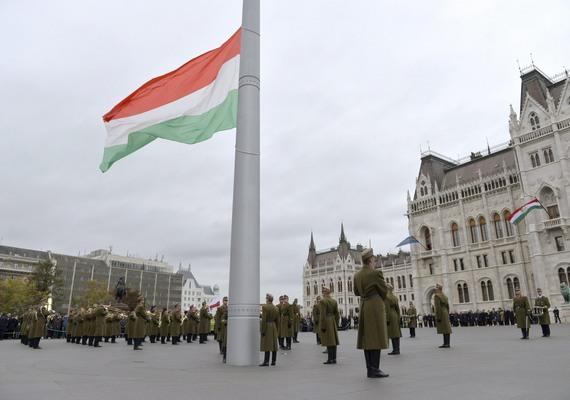 Október 23-án a legnagyobb feltűnést Kövér László házelnök keltette, aki az Echo Tv Portré című műsorában Brüsszelt Moszkvához hasonlította, majd hozzátette, hogy ha az unió jövője az, hogy a jelenlegi baloldal diktál, érdemes lenne elgondolkodni azon, hogyan lehet szép lassan kihátrálni belőle. Az ünnepet Orbán Viktor Brüsszelben töltötte, az MSZP semmilyen rendezvényt nem tartott, az Együtt-PM szűk körben emlékezett, ahogy az LMP is. Az ünnepi zászlófelvonásra csak maroknyian voltak kíváncsiak a Kossuth téren, minden bizonnyal a rossz idő miatt. A Humán Platform szervezésében a Blaha Lujza téren demonstráltak civilek, ahol az egész politikai elit ellen szólaltak fel. A Jobbik szervezésében párszáz ember vonult a Magyar Rádió épületéhez.