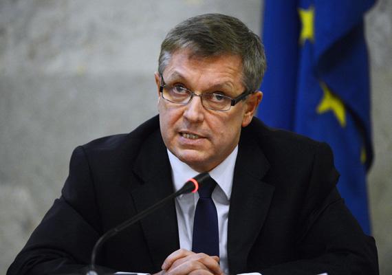 A héten mutatták be a Nemzetgazdasági Minisztérium volt kabinetfőnökének, Wiedermann Helgának Sakk és póker című könyvét. A Matolcsy-botrány amiatt robbant ki, hogy a könyv egy része arról szól, miszerint Matolcsy bankároknak kiszivárogtatta még 2011-ben, hogy Magyarország az IMF-hez fordul. Az ellenzék emiatt Matolcsy lemondását követeli.