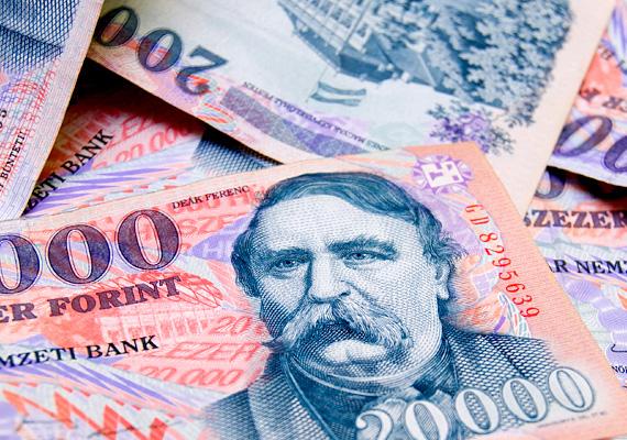 A forint péntek délutánra jelentősen gyengült, egy euró 315 forint fölött mozgott. Korábban erősödni kezdett, de a délelőtti 313,82-es euróárfolyam újra visszaesett.