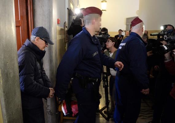 2014. március 12. Simon Gábor volt MSZP-s országgyűlési képviselőt rendőrök kísérik a Pesti Központi Kerületi Bíróságon, ahol előzetes letartóztatásáról döntött a bíróság 2014. március 12-én. Az MSZP volt elnökhelyettesét adócsalással, magánokirat-hamisítással, valamint felbujtóként elkövetett közokirat-hamisítással gyanúsítják.