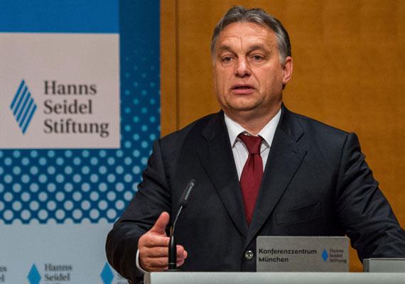 """Orbán Viktor Münchenben tartott előadást egy konferencián, ahol elmondta, az Egyesült Államok nyomás alatt tartja Magyarországot a paksi atomerőmű orosz építése és a szintén orosz Déli Áramlat gázvezeték építése miatt. Orbán szerint Washington ezeket a lépéseket az Oroszországhoz való közeledés jeleként értékeli, azonban mi nem közeledünk senkihez, ezek csak gazdasági megfontolásból született döntések - tette világossá a kormányfő. Mi nem """"oroszbarát, hanem magyarbarát politikát folytatunk"""" - zárta előadását Orbán."""