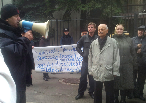 Az Ukrán Népi Mozgalom - Ruh - nacionalista szervezet tucatnyi aktivistája tüntetett Magyarország kijevi nagykövetsége előtt 2014. november 7-én. A demonstrálók Orbán Viktor miniszterelnök szerintük Ukrajna-ellenes kijelentései és a Déli Áramlat gázvezeték építése ellen tiltakoztak.