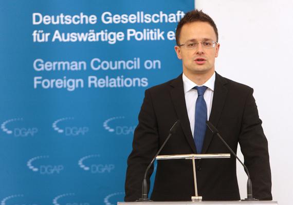 Szijjártó Péter a héten Németországban járt, hogy az ország külügyminiszterével egyeztesse, hogyan lehetne a német és magyar politikai, gazdasági és kulturális kapcsolatokat előrelendíteni. A két külügyminiszter ettől a szövetségtől várja Európa ismételt megerősödését.