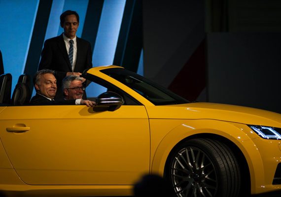Csaknem négyszer annyit pénzzel segítette a kormány a győri Audi gyárat, mint azt korábban közölte. Ezt az Európai Bizottság júliusban kezdett vizsgálata tárta fel, és a Magyar Nemzet számolt be róla. A testület azért kezdett el nyomozni, hogy kiderítse, szabályosan támogatja-e az állam az autógyárat. Arra jutottak Brüsszelben, hogy a kormány a korábban közölt 11,2 milliárd forint helyett csaknem négyszer annyi pénzzel, 40 milliárd forinttal segítette a vállalatot. A kormány elismerte, hogy az általa korábban közölt összegnél jóval többet fizetett ki.